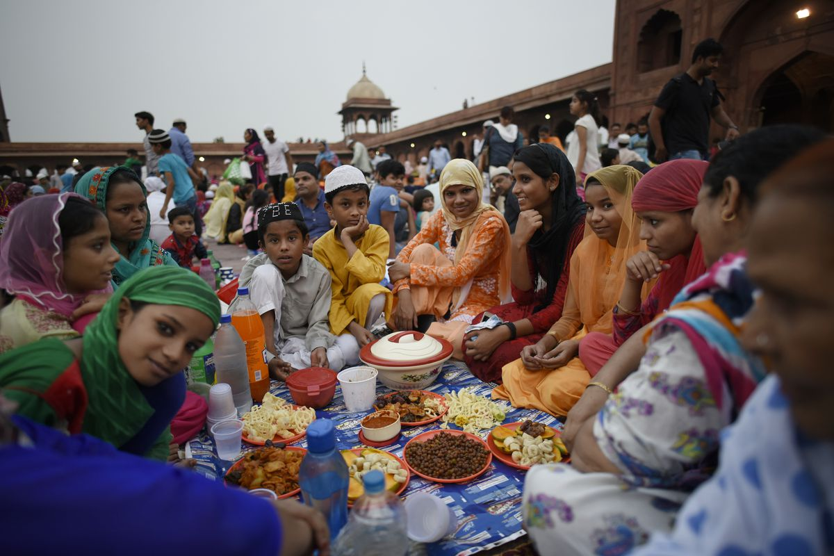 Indian Muslims gathered waiting for Iftar